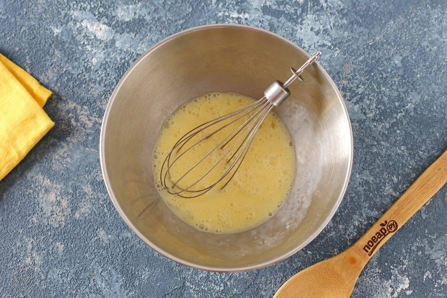 В глубокой миске взбейте яйца.