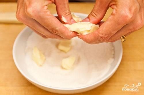 В отдельной миске смешиваем 3/4 стакана сахара, 2 столовые ложки муки, 1/4 чайной ложки соли и кладем нарубленное кубиками сливочного масло. Если персики особенно сочные, добавляем еще 1 столовую ложку муки. С помощью пальцев, все измельчаем до рассыпчатой смеси, чтоб получились отдельные гранулы.