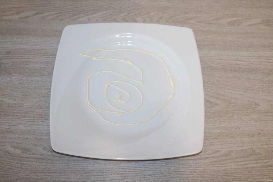 На тарелке майонезом сделайте контур кобры, по нему будете выкладывать салат слоями.