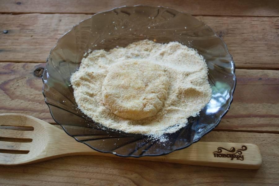 К получившемуся фаршу добавьте яйцо, немного соли и перца. Перемешайте. Разделите массу на небольшие шарики. Из каждого сформируйте котлетку круглой или овальной формы. Обваляйте ее в панировочных сухарях.
