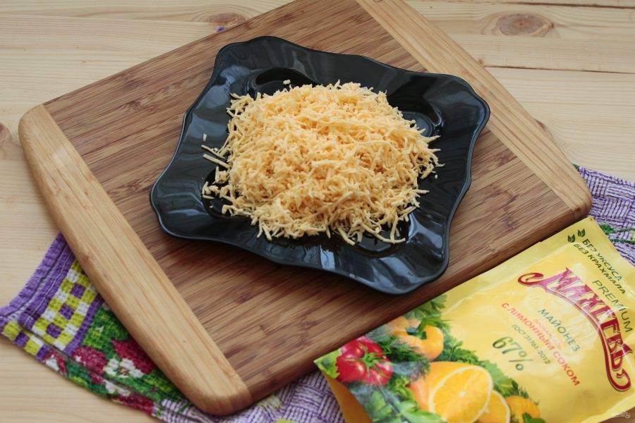 За это время натираем на мелкой терке сыр.