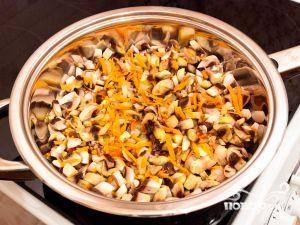 Следом добавить грибы, перемешивая, жарить до готовности. Отключить плиту, остудить ингредиенты.