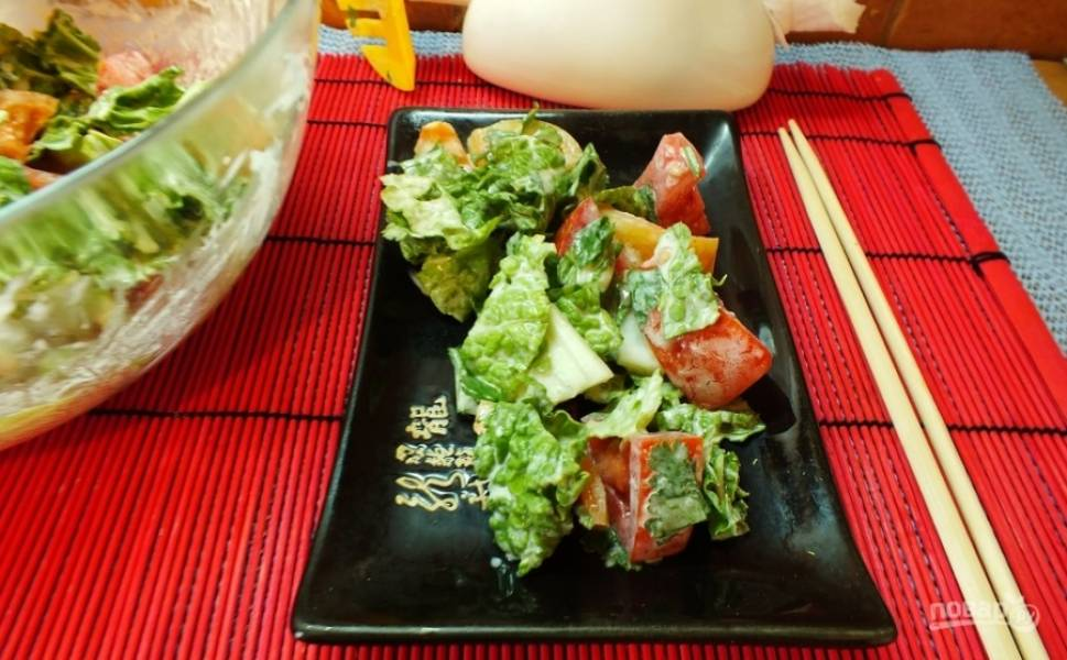 6.Смешиваю в миске все ингредиенты, заправляю их соусом. Подаю салат к любому гарниру. Приятного аппетита!