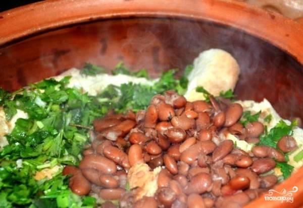 Затем мы выкладываем в горшочек сваренную фасоль и нарезаем зелень.