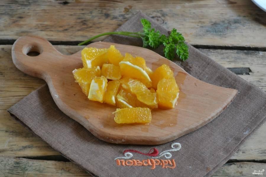 Половину апельсина очистите, мякоть его порежьте на небольшие кусочки. Можете использовать и целый апельсин, но тогда блюдо получится слишком сладким.