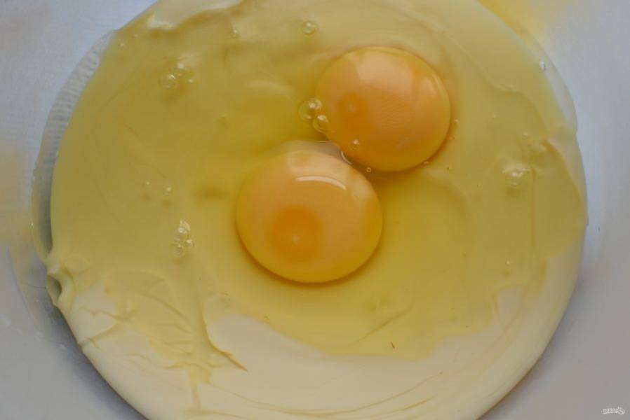 Два яйца и полбанки сгущенного молока взбейте миксером до образования пенной массы.