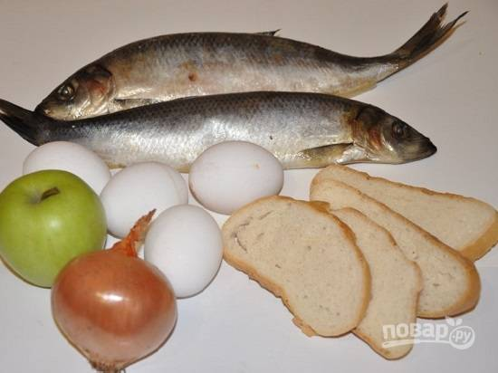 Вот все ингредиенты, которые нам понадобятся. Если яблоко у вас некислое, потребуется винный уксус. Кусочки хлеба замочим в воде.