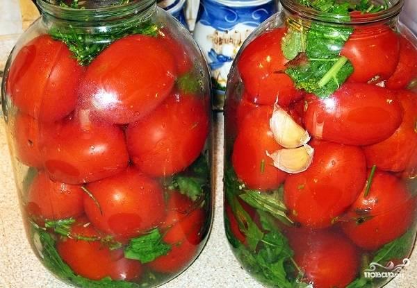 5. Теперь можно наполнить баночки помидорчиками. Выкладывайте аккуратно, чтобы не помять их в процессе.