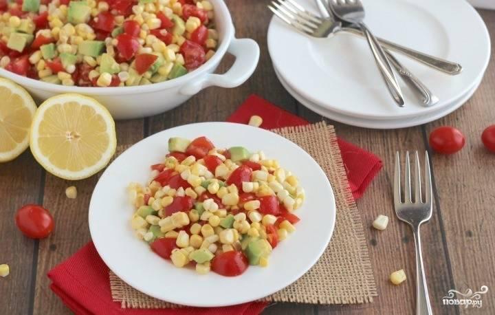 3. Салат заправим маслом и лимонным соком, добавим соль и специи по вкусу, перемешаем — и можно подавать к столу!