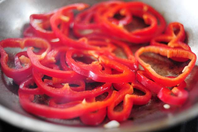 6. Перец можно обжарить отдельно, на этой же сковороде, предварительно достав лук, или вместе с луком.