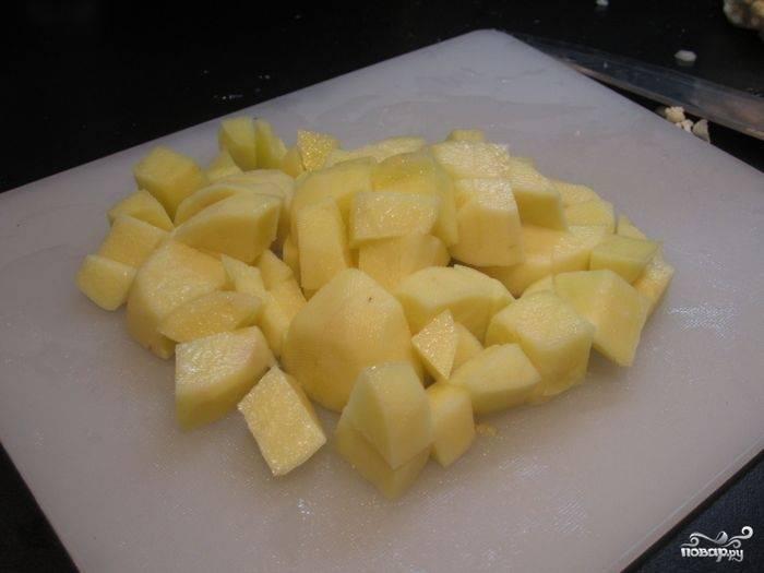 Очистить и нарезать картофель — раза в два крупнее, чем свёклу, чтобы сварились одновременно.