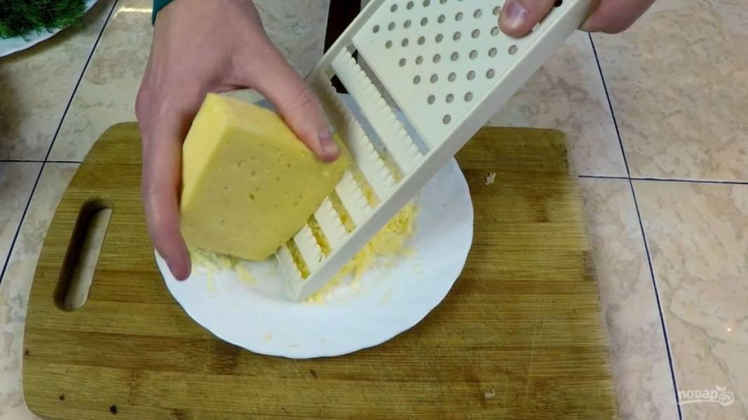 Трём сыр на средней тёрке.