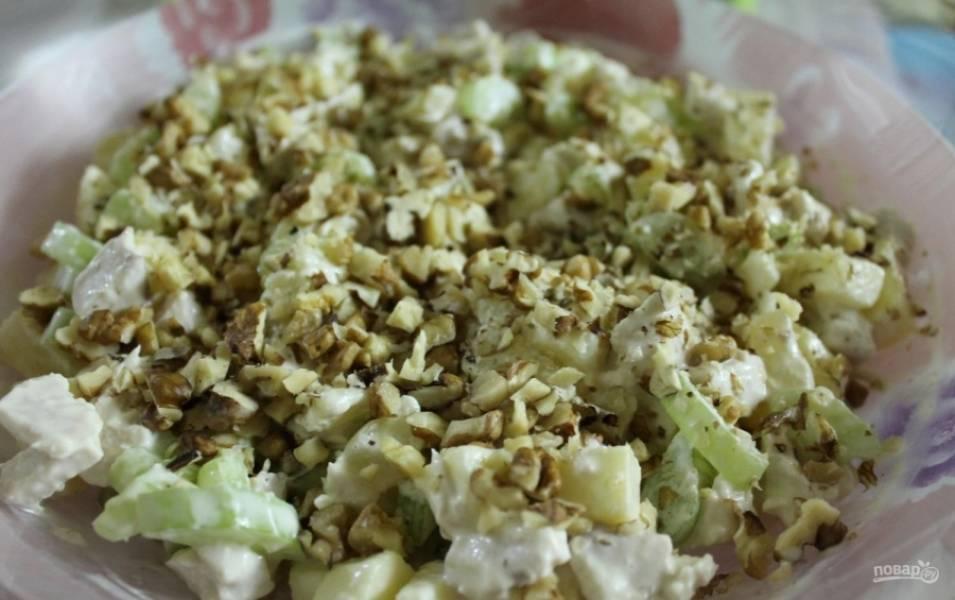6.В миске соединю все составляющие салата, кроме орехов, добавляю майонез, по вкусу соль и перец, перемешиваю. Посыпаю грецкими орехами и подаю к столу, приятного аппетита!