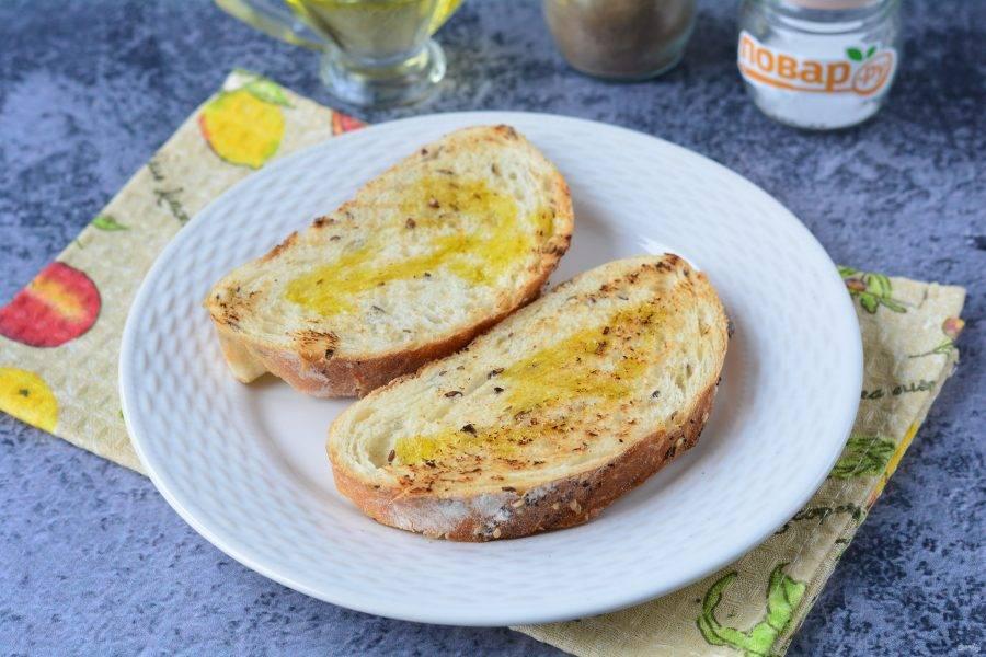 Хрустящие бутерброды полейте ароматным оливковым маслом.