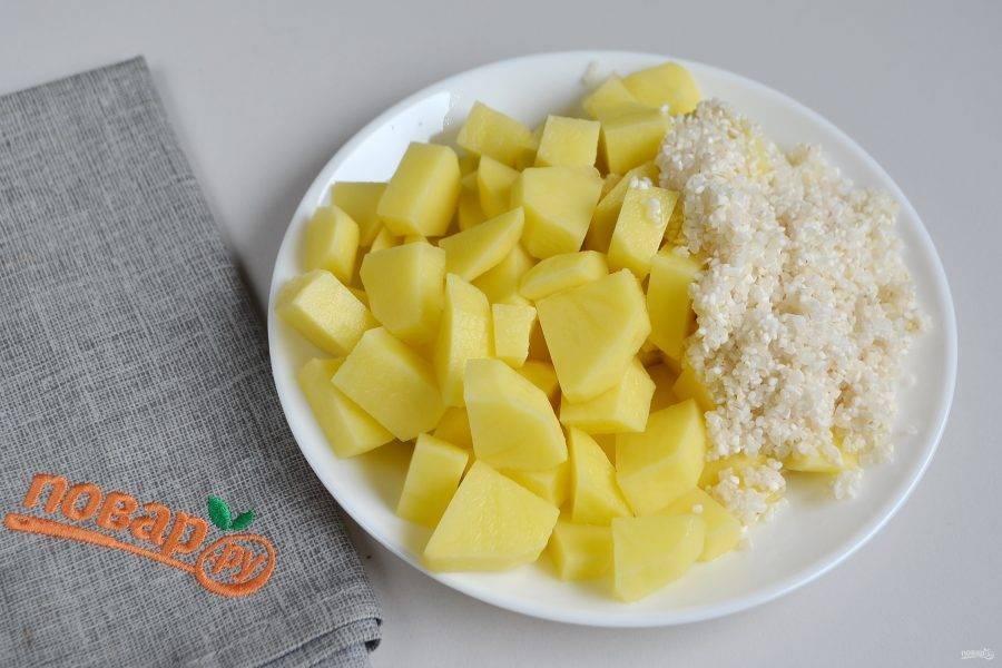 4. Очистите картофель, порежьте кусочками, вымойте до чистой воды рис. Готовый бульон процедите, рыбу положите на блюдо остывать, а бульон верните в кастрюлю, доведите до кипения, положите картофель и рис и варите 15 минут, соль по вкусу. Морковь, которая была в бульоне тоже пригодится, порежьте ее кубиками и верните в бульон.
