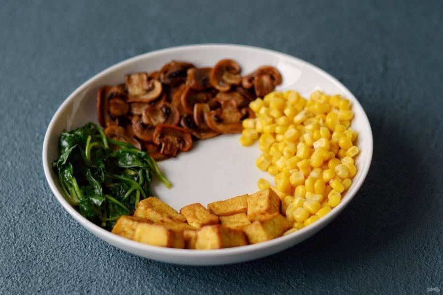 Выложите в тарелку отдельно тофу, грибы, консервированную кукурузу и шпинат.