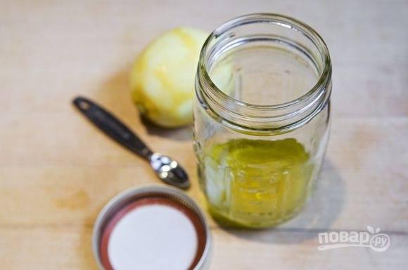 4. Соедините для заправки сок лимона и масло, добавьте лимонную соль по вкусу.