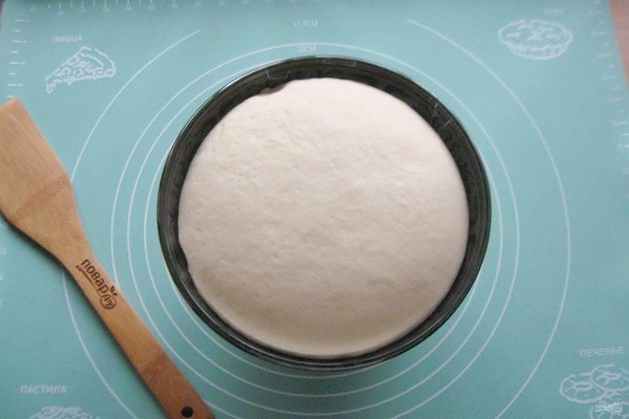 Через час-полтора тесто подойдет, увеличится в объеме и будет готово к работе.