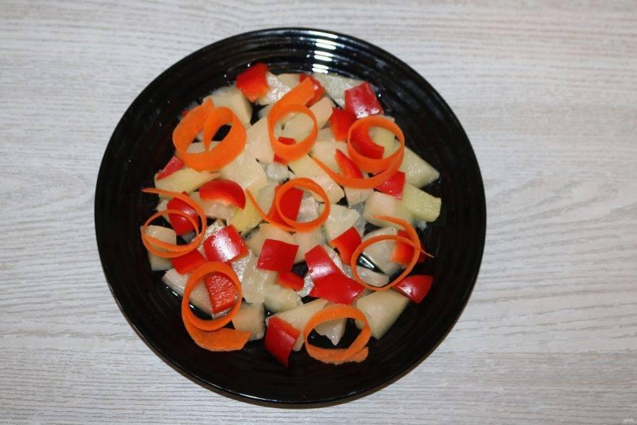При помощи овощечистки, сделайте слайсы из моркови. Выложите сверху.