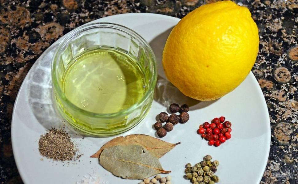Подготовьте все специи, выжмите лимонный сок.