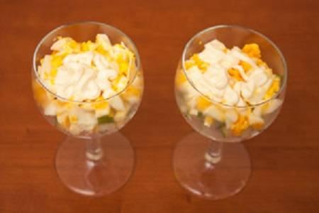 8. Следующим слоем будут яйца и снова немного майонеза. При желании салат-коктейль с ветчиной в домашних условиях можно сделать со сметаной и горчицей, например.