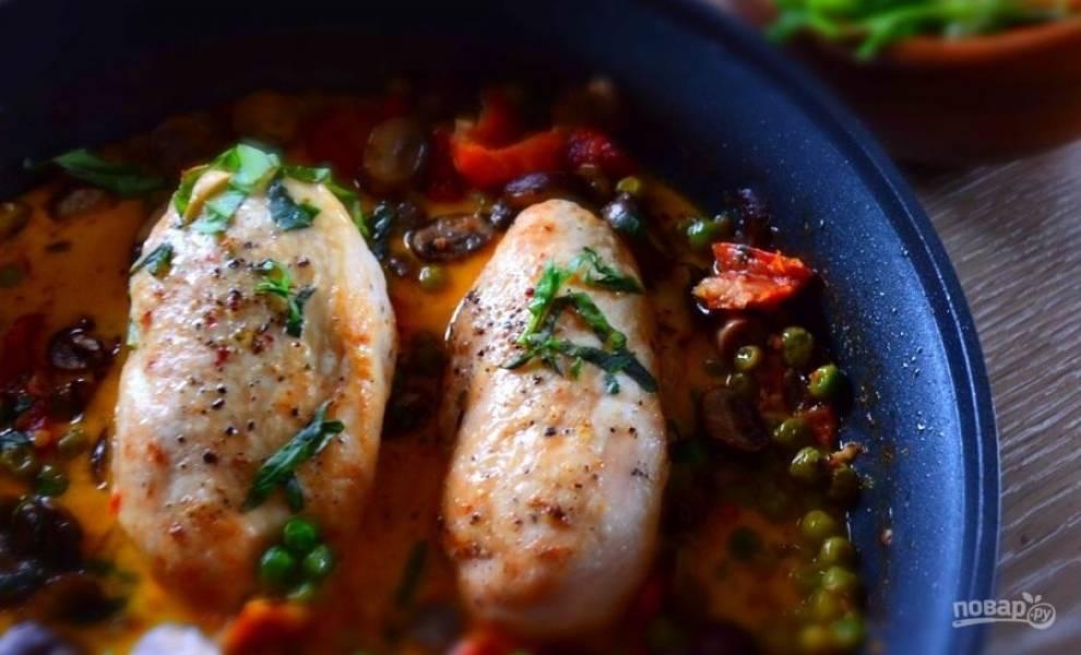7.Достаньте готовое блюдо, украсьте его нарубленным свежим базиликом и подавайте к столу.