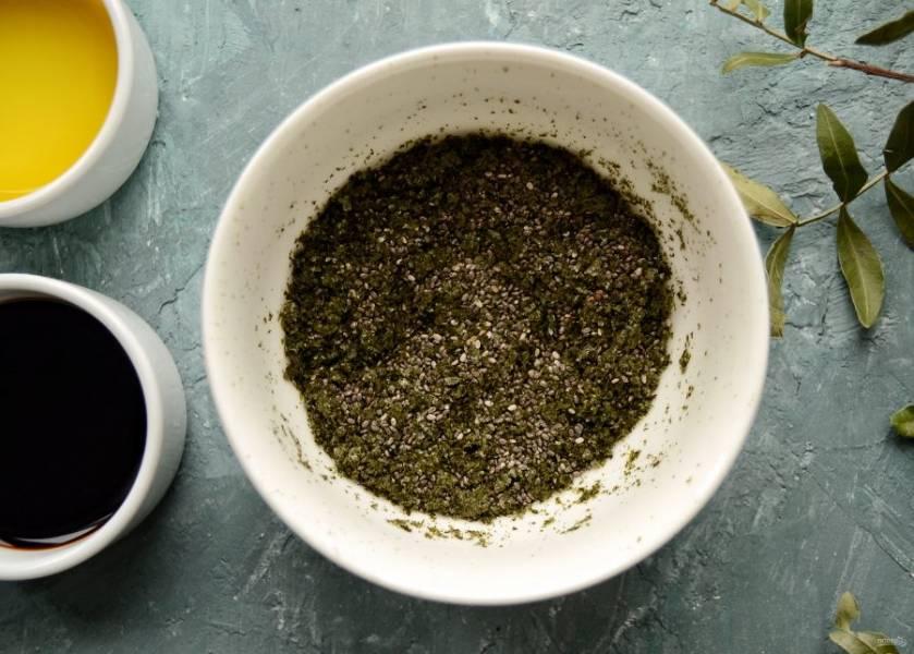 Перемешайте измельчённые листы нори и семена чиа.