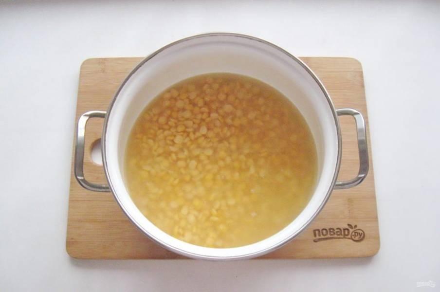 Готовый бульон из индейки процедите и выложите в него набухший горох. Доведите до кипения и снимите пену, её будет много. Варите суп почти до готовности гороха.