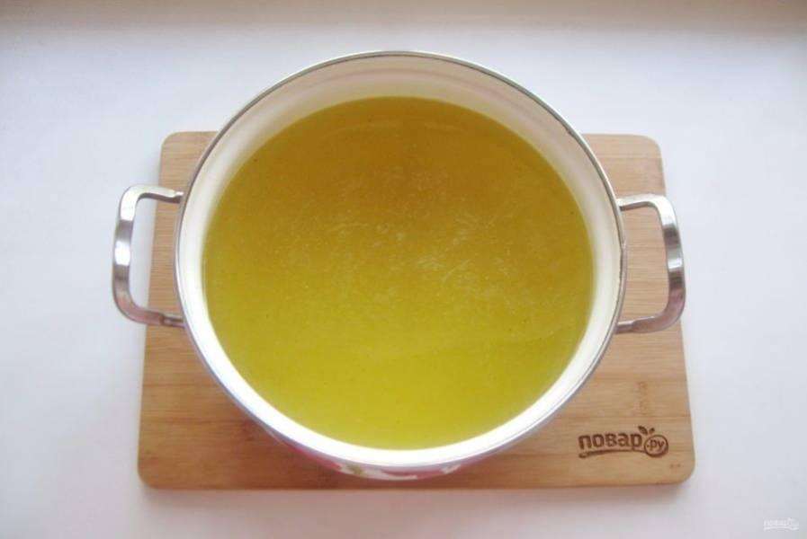 Бульон процедите. В горячий бульон выложите набухший желатин и перемешайте до полного растворения.