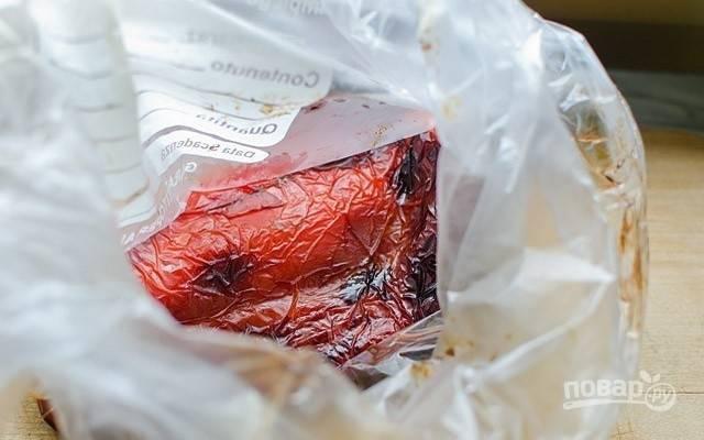 2.Когда перцы потемнеют, положите их в плотный полиэтиленовый пакет, закройте его и оставьте на 10 минут или пока перцы не остынут.
