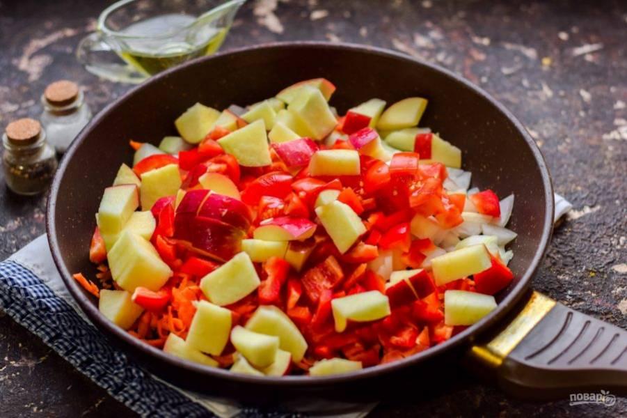 Добавьте в сковороду нарезанные кубиками помидоры и яблоки.