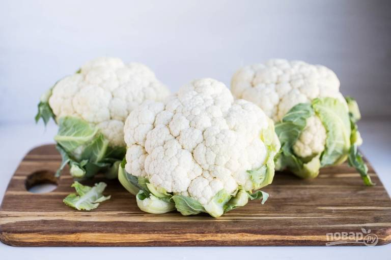 1. Вымойте и обсушите цветную капусту.