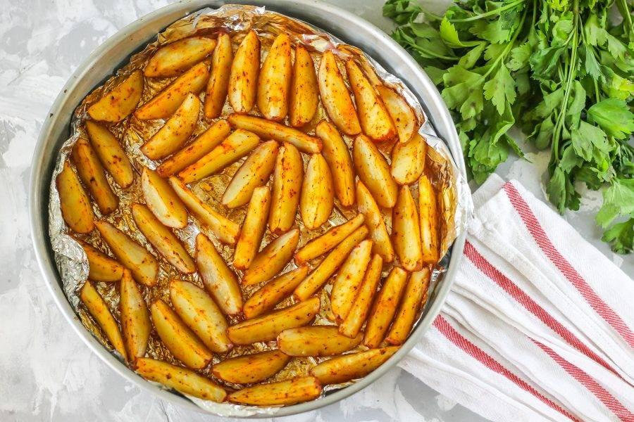 После приготовления форму извлеките из духовки и дайте блюду слегка остыть.
