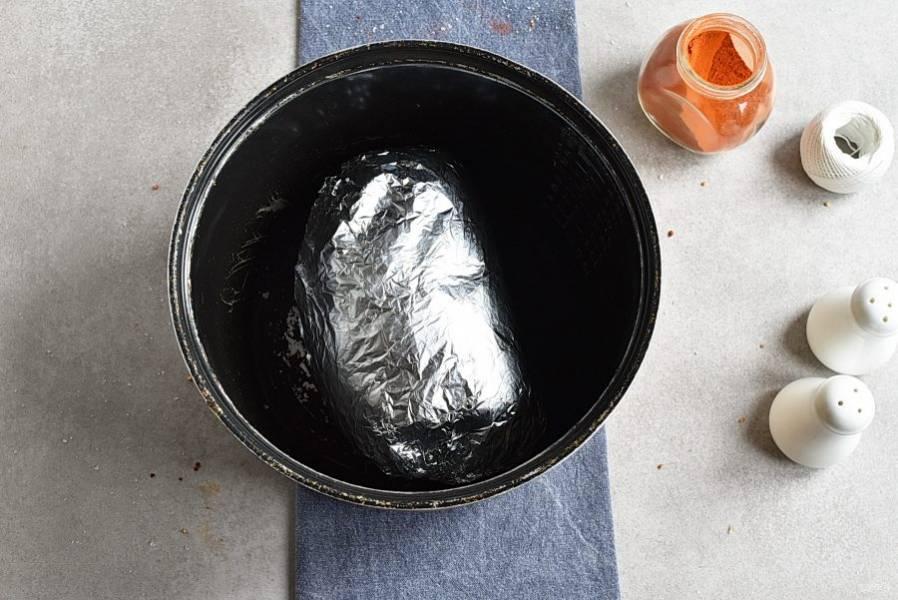 Упакуйте рулет в фольгу и выложите в мультиварку. Влейте стакан горячей воды. Поставьте режим запекания и время – 20 минут. Через 20 минут поставьте температуру 95 градусов и оставьте еще на час.
