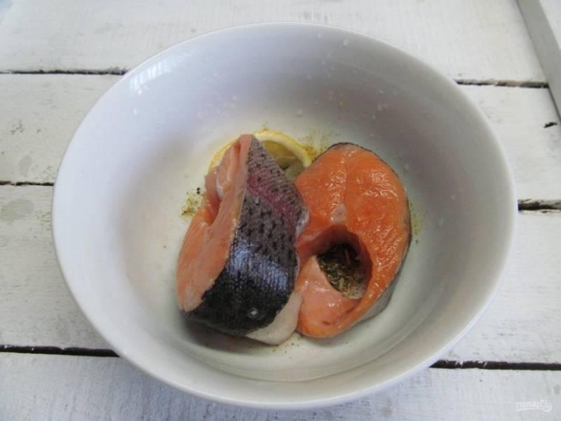 Натрите полученной смесью рыбу со всех сторон и оставьте мариноваться минимум на 30 минут.