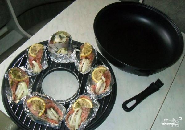 Я готовила рыбу на сковороде гриль, но если её у вас нет, то делайте на обычной (без масла). Заверните кусочки рыбы в фольгу, а затем уложите их в сковороду.
