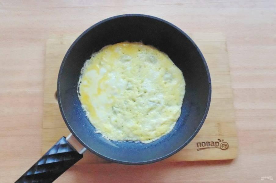 Одно яйцо взболтайте, посолите по вкусу. Сковороду смажьте растительным маслом, хорошо нагрейте и вылейте яйцо. Пеките блинчик с обеих сторон.