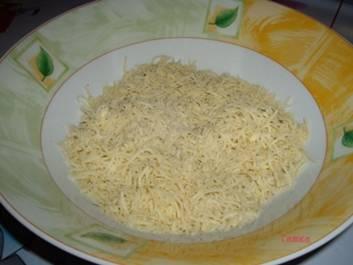 Взбиваем яйца, в отдельной емкости смешиваем тертый сыр и панировочные сухари.