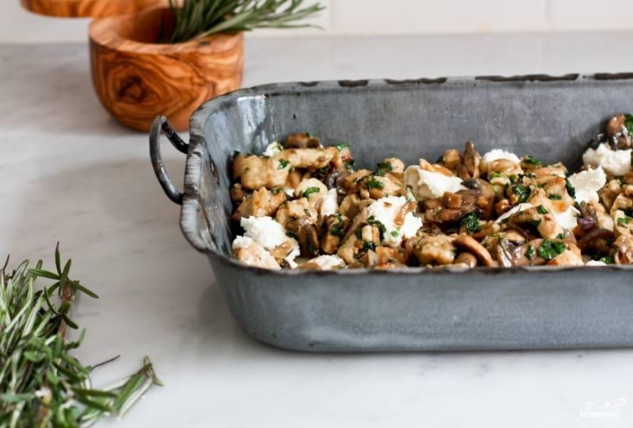 К сыру рикотта выложите на первый слой лазаньи куриную начинку с грибами. И накройте вторым слоем. Если у вас есть ещё начинка и листья для лазаньи, можете сделать ещё один слой. У меня было ингредиентов только для одного. Сверху поливаете соусом бешамель и посыпаете тёртым пармезаном. Добавьте цедры лимона и розмарина. Лазанья с курицей запекается в разогретой на 220 градусов духовке 40 минут. Выключите духовку и подержите лазанью с курицей в тепле ещё 10 минут. А затем дайте ей минут 10-15 постоять, чтобы остыть. Приятного аппетита!