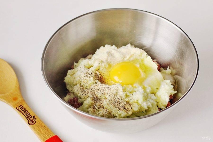 Добавьте измельченные овощи, манку, яйцо, соль и специи по вкусу.