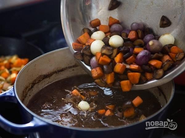 7. Добавьте овощи в сотейник. После закипания уберите огонь до минимума и оставьте томиться мясо до мягкости.
