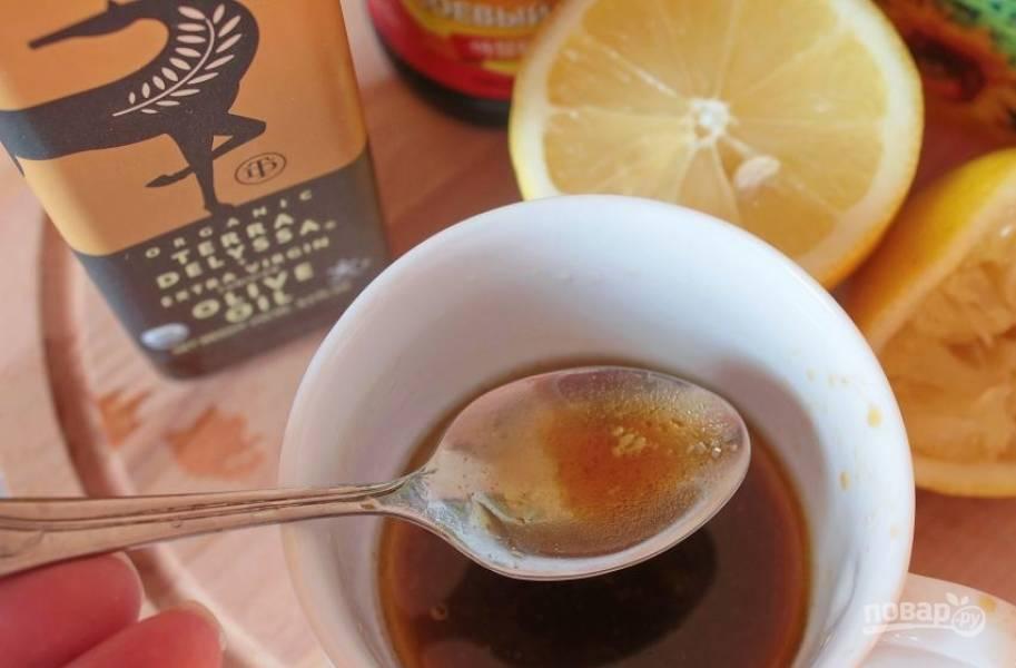 Приготовьте заправку для салата. Для этого в пиалке смешайте оба вида масла, добавьте сок одного лимона, соевый соус, измельченный чеснок и сахар. Тщательно все перемешайте.