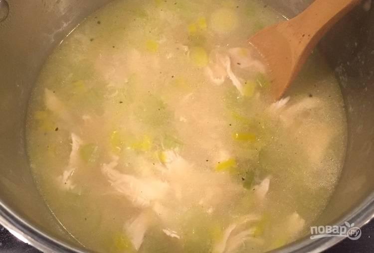 6.Выдавите в кастрюлю сок одного лимона, верните мясо, накройте кастрюлю крышкой и варите еще 15 минут.