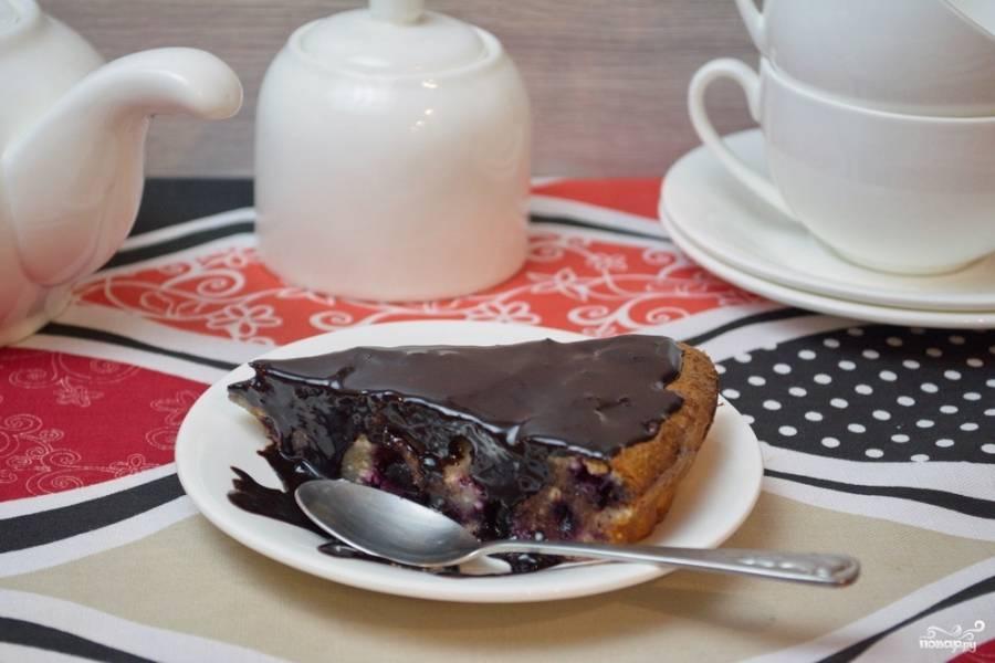 9. Черничный чизкейк готов. Нарезаем его острым ножом и подаем к столу. Карамель отлично дополняет чернику. Подавать такой чизкейк рекомендую с молоком или несладким кофе, чаем.
