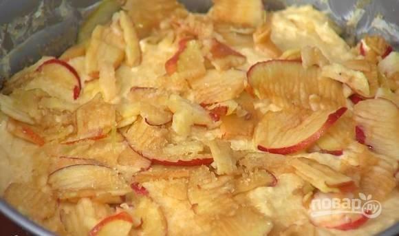 5. Верх присыпьте оставшимися яблоками и сахаром. Отправьте пирог в духовку и запекайте чуть меньше часа до готовности.