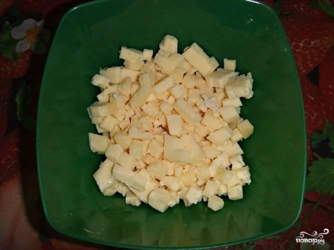 2. Сыр лучше всего тоже нарезать кубиками, чтобы он больше ощущался в начинке.