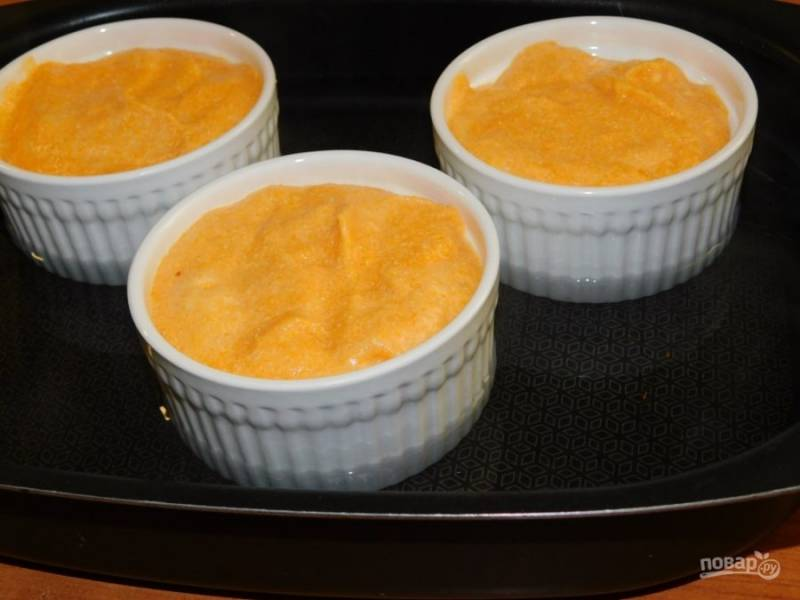 Разложите массу в формочки для запекания. Поставьте в чашу с горячей водой и запекайте при 180С минут 25-30.