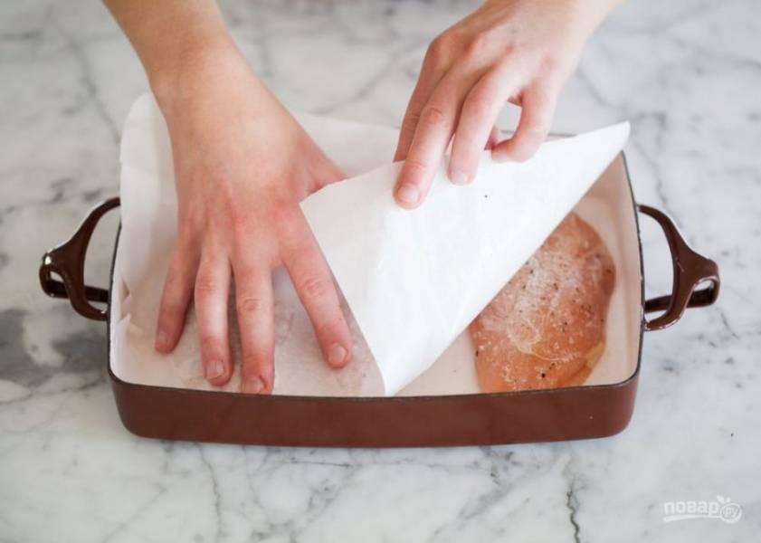 5.Накройте мясо пергаментом, чтобы он окутал мясо со всех сторон, можете немного подоткнуть его под филе.