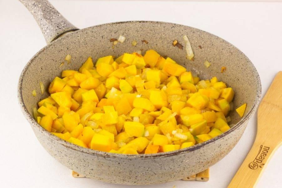 На сковороде разогрейте растительное масло. Обжарьте до прозрачности лук, затем добавьте тыкву, готовьте помешивая 2-3 минуты.