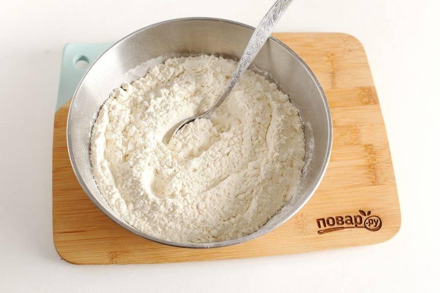 В глубокой миске соедините муку, соль, сахар и соду. Перемешайте.